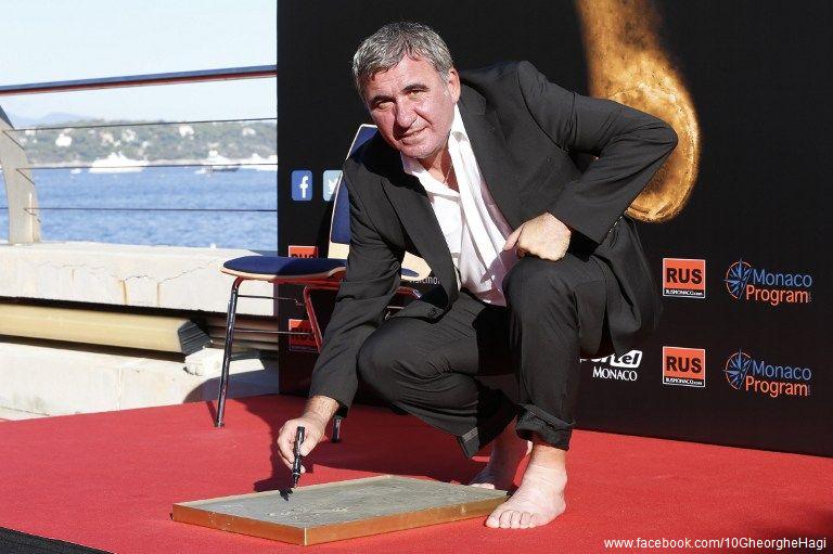 Regele-fotbalului-românesc-Gheorghe-Hagi-premiat-cu-trofeul-Golden-Foot-2